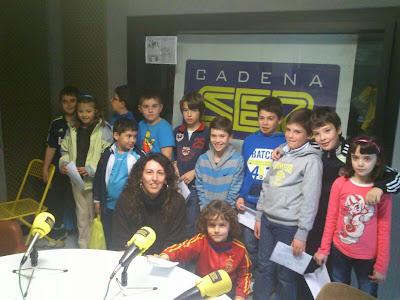 La directora de la emisora, junto al grupo de niños