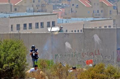 Luz do espelho refletida nos olhos dos soldados israelenses