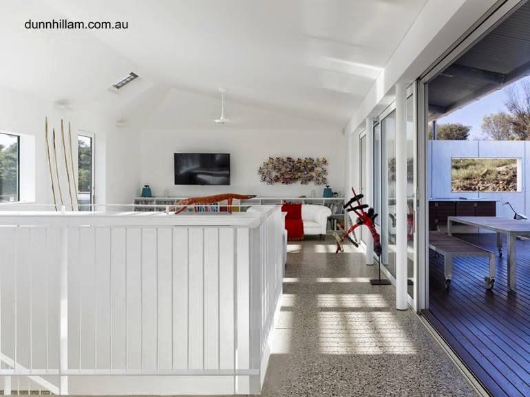 Vista interior de un sector de casa australiana sustentable en el desierto