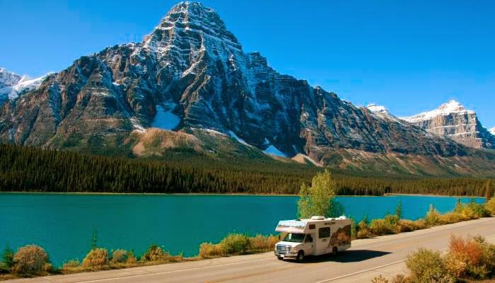 Cruise Canada C25 vogn kører ad Icefields Parkway i de canadiske Rocky Mountains i Banff National Park.