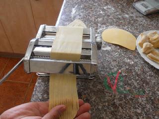 Pasar la masa por el rodillo de corte.
