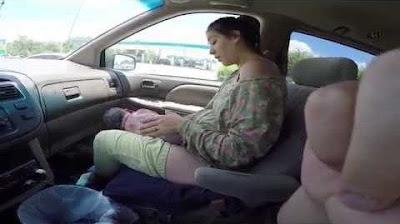 Video seorang Ibu Melahirkan Bayi di Mobil