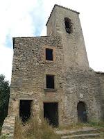 Detall del campanar i la rectoria annexa de Sant Julià d'Úixols