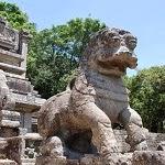 знаменитый каменный лев, статуя на лестнице в япахуве, шри-ланка