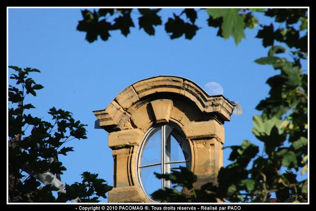 Lucarne oeil de boeuf de l'ancienne préfecture de sedan sous la lune