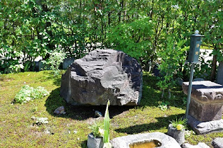 Kaeru-isi ; Flog like stone