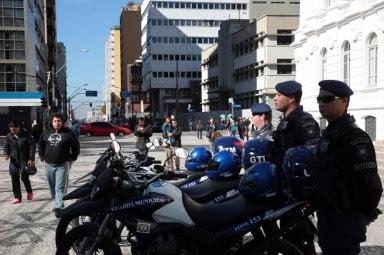 Guarda municipal agride menor em praça no centro de Belo Horizonte.