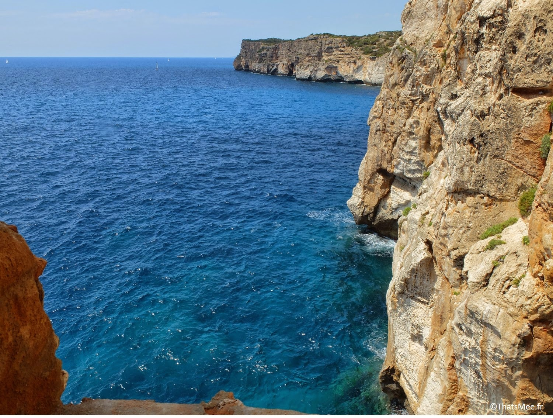 bar club accroché à la falaise Cova D'En Xoroi, Minorque Menorca Cala n'Porter vue des toilettes des femmes