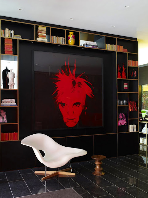 La Chaise von Ray Eames, Vitra, vor Andy Warhol Porträt