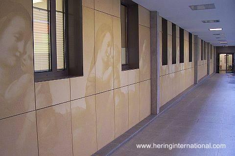 Impresión de imágenes sobre concreto en paredes de una edificación