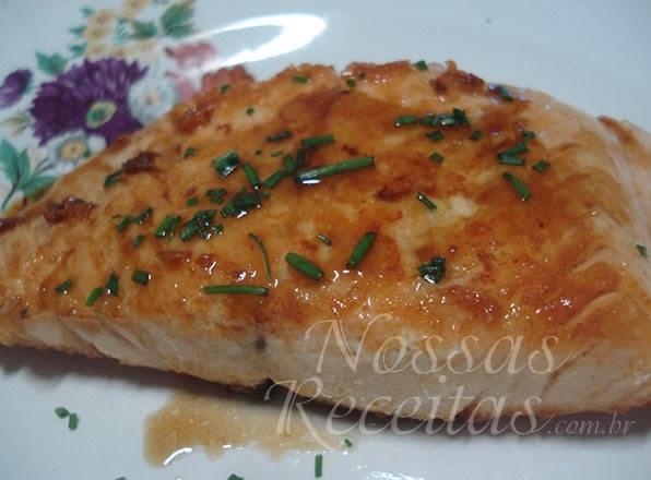 Receita de salmão preparado com molho de ostras.