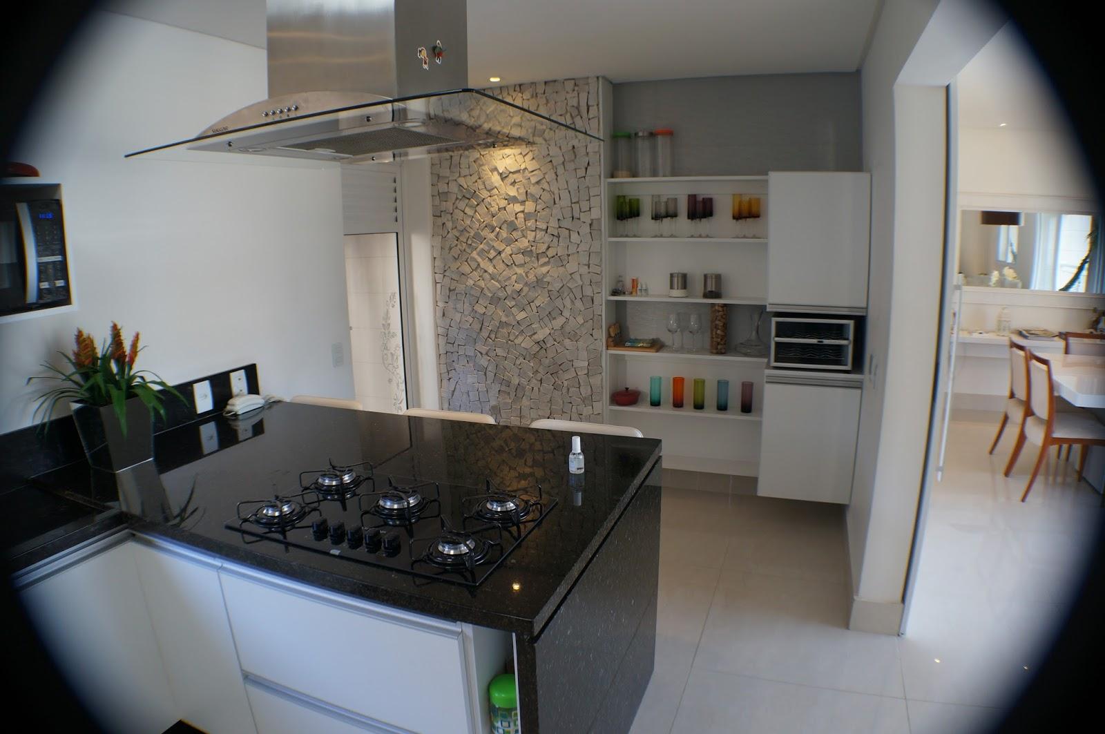 SÉRGIO: Cozinha ampla e arejada equipada com forno elétrico adega  #5E4C3E 1600x1063