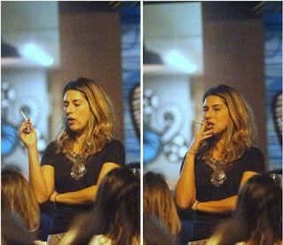 Quem vê a gata tão linda na televisão não imagina que a atriz é chegada num cigarrinho.