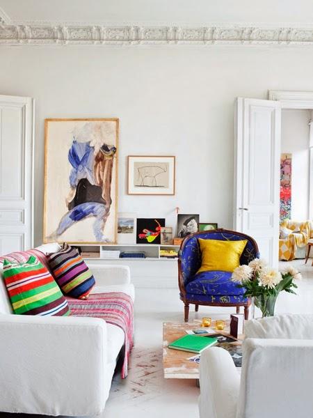Grafika w salonie oparta o ścianę