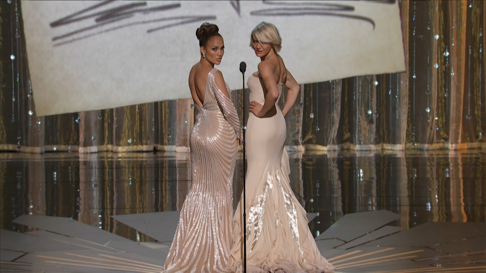 http://2.bp.blogspot.com/-YlJ-DJBfD4A/T1svDQILAuI/AAAAAAAAAi4/QKBkai_bp6I/s1600/Jennifer_Lopez_-_Cameron_Diaz_Oscars_2012_1080i+-+Kopie.mpg.Standbild010.jpg