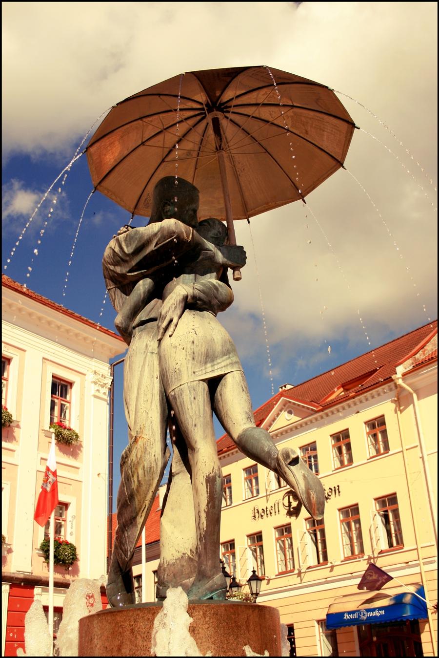 Kissing Students fountain ~ Estonia, 1998 | Tutt'Art@ | Pittura • Scultura  • Poesia • Musica