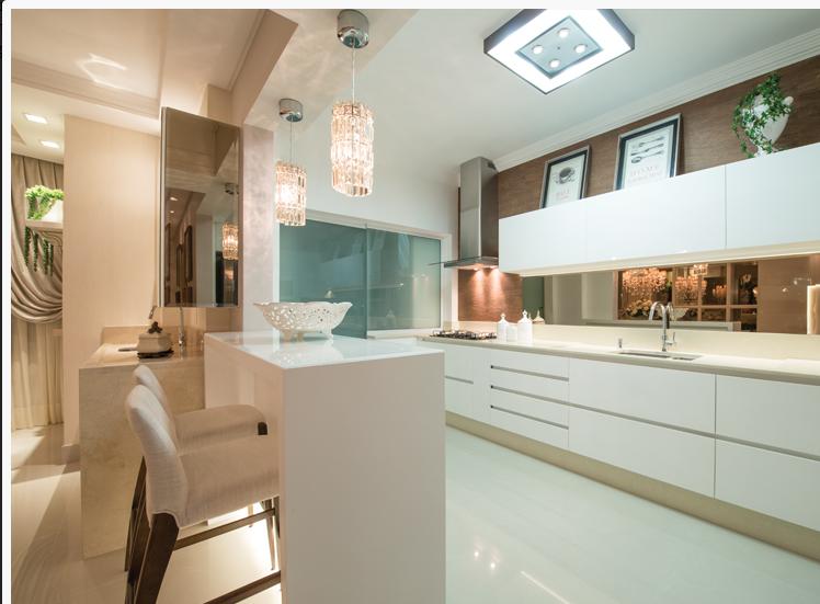 decoracao cozinha nichos : decoracao cozinha nichos:10- Painel de madeira acima dos armários aéreos e atrás da coifa de