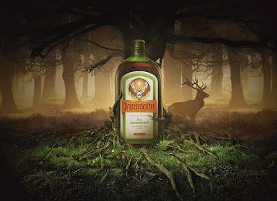 """Jägermeister, la bebida más peculiar Jägermeister es un licor de origen germano que significa literalmente """"maestro cazador"""", una denominación que a mediados del siglo pasado servía para identificar a los guardabosques de la zona. No hace falta decir que las condiciones de estos trabajadores eran muy duras, teniendo que pernoctar frecuentemente a la intemperie y sufriendo las bajas temperaturas.  Curt Mast era uno de estos hombres y además un apasionado de las cacerías, por lo que estuvo dándole vueltas a la cabeza para conseguir una bebida que les ayudara a soportar mejor el frio de la noche.  ¿De qué está hecho? Esta bebida contiene hasta 56 hierbas naturales y aproximadamente un 35% de su contenido es alcohol. Sin embargo, al igual que otras bebidas famosas como por ejemplo la Coca Cola, buena parte de su composición se mantiene en estricto secreto. ¿Para qué se usaba? Como hemos visto, a lo largo de la historia el Jägermeister ha ayudado a combatir los climas extremos. En este sentido, además de los guardabosques, las tropas alemanas durante la 2ª Guerra Mundial lo usó como desinfectante y también como sustituto de la anestesia. Su singular logotipo Posiblemente te hayas fijado en el logo que acompaña a una botella de Jägermeister, se trata de una cabeza de ciervo que tiene una cruz justo en medio. Pues bien, este símbolo tiene relación con la leyenda de San Huberto, que para quien no lo sepa es el Santo de todos los cazadores. Este hombre antes de su canonización perdió a su familia y se entregó por completo a la caza. Un día perseguía a un venado, lo acorraló, pero cuando fue a darle muerte el animal se giró y vio que tenía una cruz en su cornamenta. Le habló y le dijo """"Huberto, si no vuelves al Señor y llevas una vida santa, irás al infierno"""". Y he aquí el origen del símbolo."""