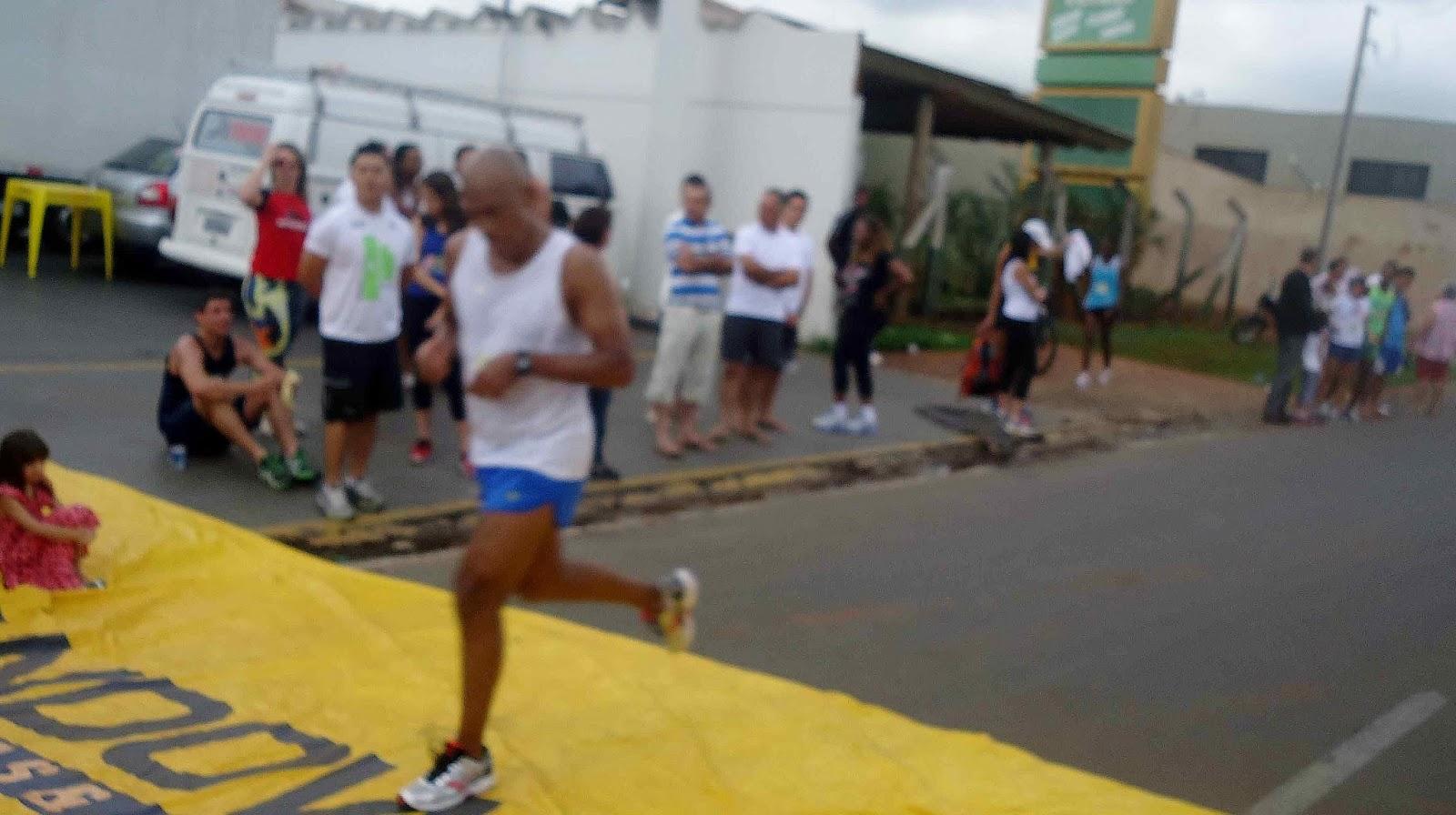 Foto 128 da 1ª Corrida Av. dos Coqueiros em Barretos-SP 14/04/2013 – Atletas cruzando a linha de chegada