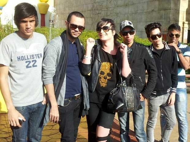 Ex-BBB Serginho (de bolsa) posa com amigos para foto no parque Hopi Hari  (Foto: Bruna Stuppiello)