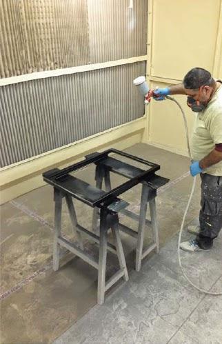 Trabajador en cabina de lacado y barnizado