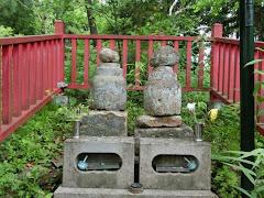 金鶏山・源義経妻子の墓
