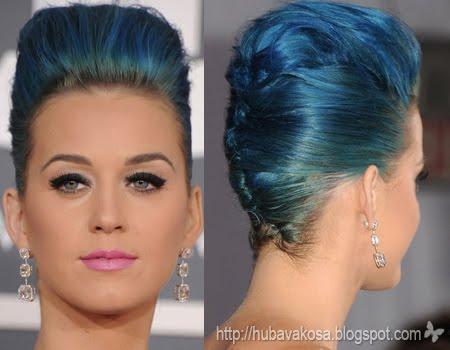 Кати Пери синя коса в прическа с обем