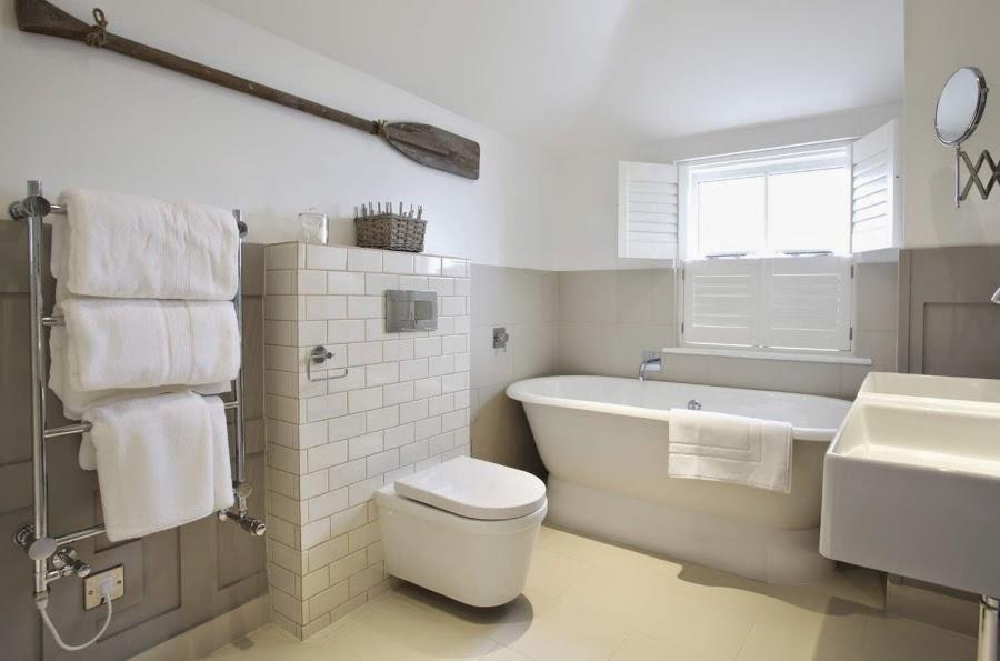 hotel, wnętrza, wystrój wnętrz, styl klasyczny, kamienna ściana, białe wnętrza, łazienka