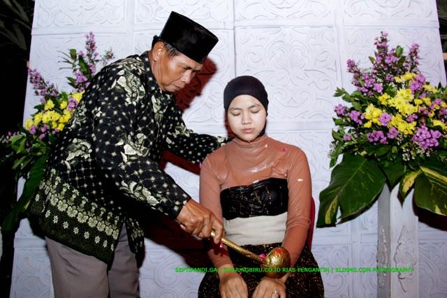 Acara Siraman Septi pada Pernikahan Septi & Fandi [septifandi.ga] oleh tunjungbiru.co.id Rias Pengantin Purwokerto | Foto oleh KLIKMG.COM Fotografi