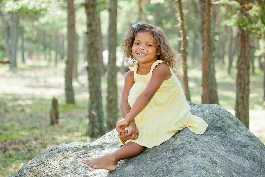 tüdruk istub kivil Laulasmaa metsas