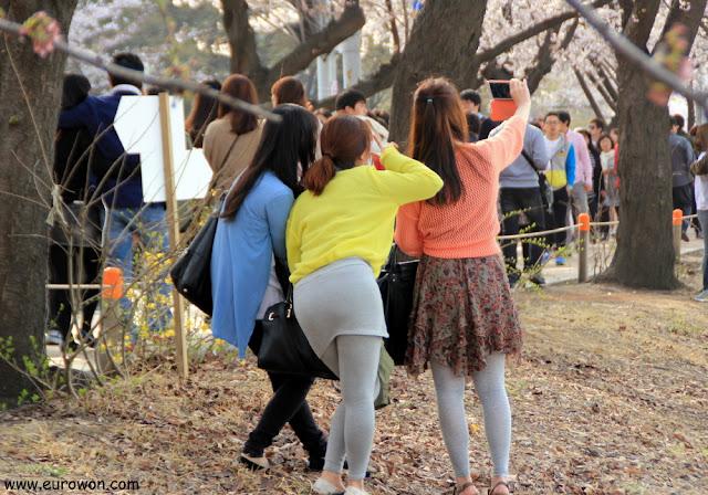 Chicas coreanas tománose una foto selka