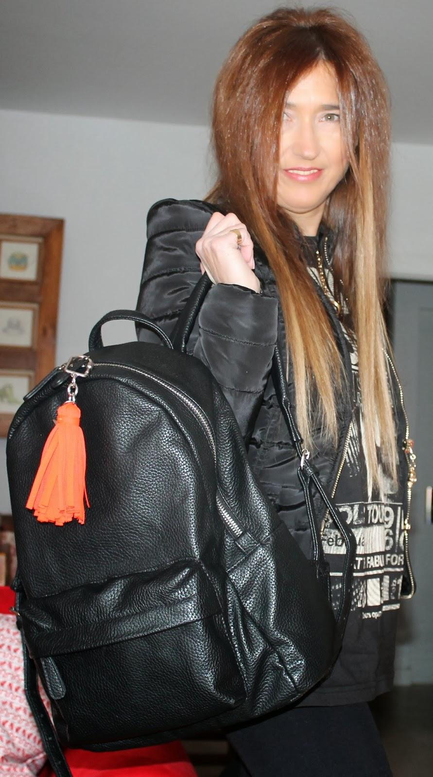 Con mochila negra de Springfield con borla de Bimba y Lola