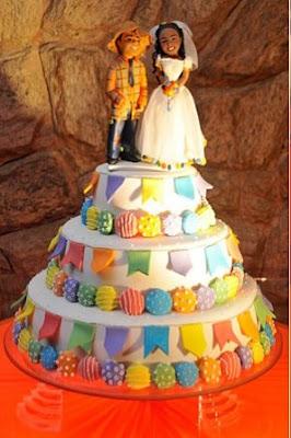 Casamento junino, casamento julino, bandeirinhas, noiva, noivo, decoração, bolo de casamento, topo de bolo
