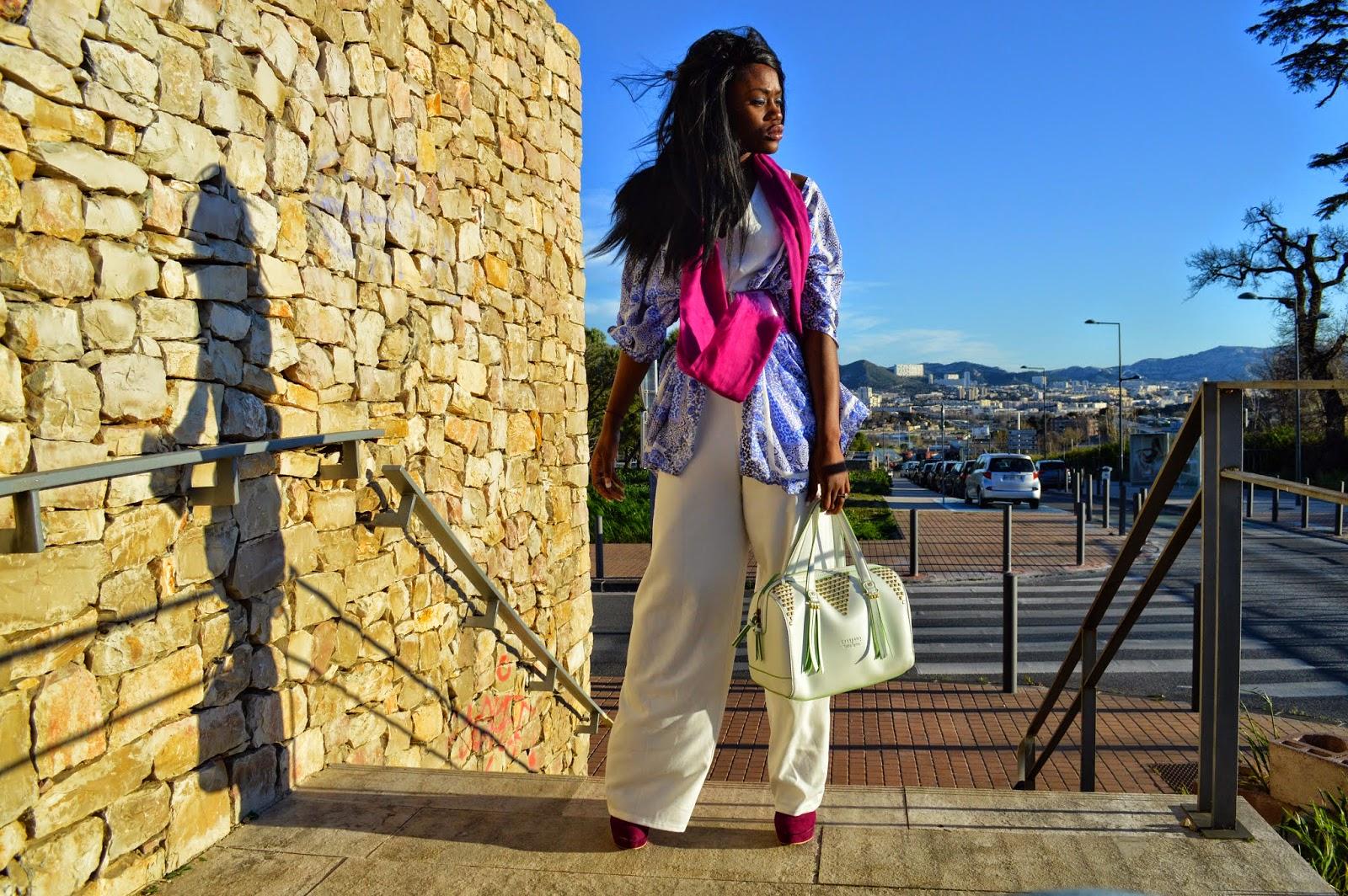 combinaison blanche, kimono bleu, ceinture, foulard, sac chabrand
