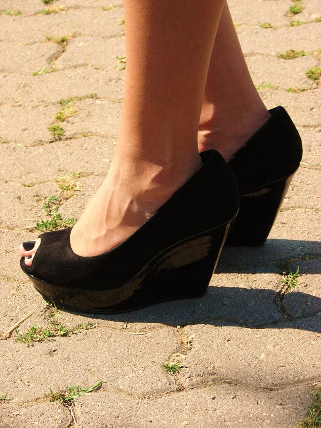 maya blog, bloglovin, black H&M dress, lookture, iheartmaya, asos black shoes, pink iphone
