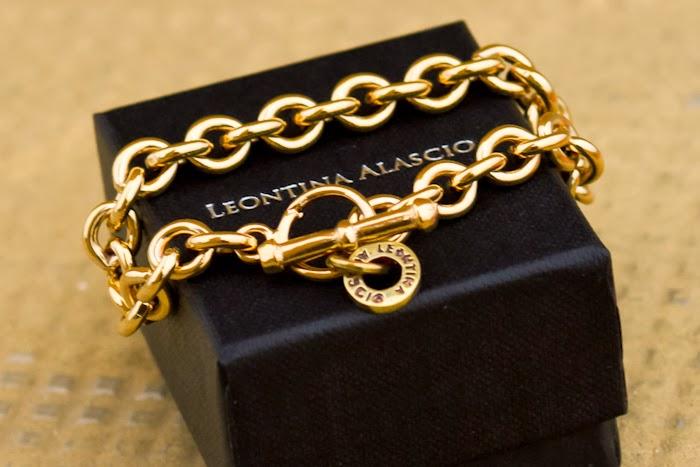 Pulsera de elabones dorados original Creación y diseño de Leontina Alascio