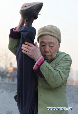 Zhao%2BYufan%2B%25286%2529 - Physically fit 82-year-old grandma - Weird and Extreme