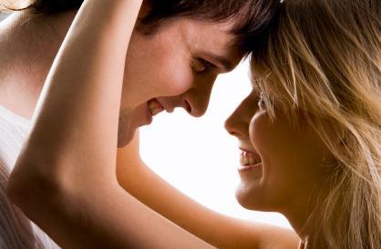 من هو الرجل الذى تبحث عنه المرأة  - رجل وامرأة رومانسيان - الحب والحياة الزوجية - romantic man and woman