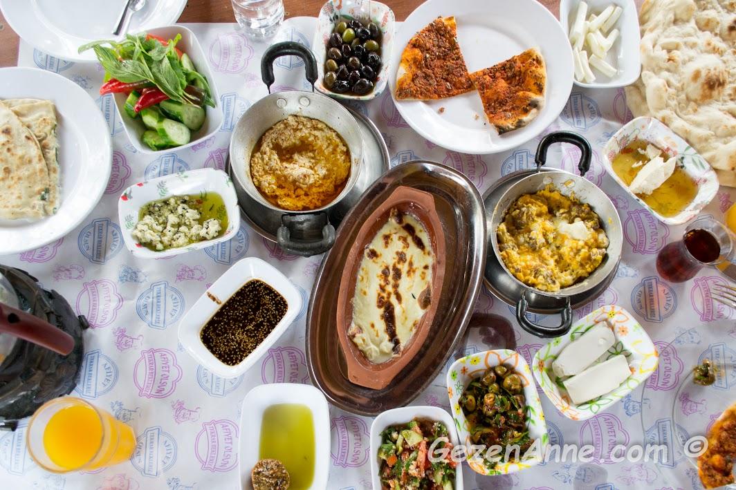 Hatay geleneksel kahvaltı katıklı, gözleme, küremitte peynir, zeeytinler, peynirler, Karaca Kahvaltı evi Hatay