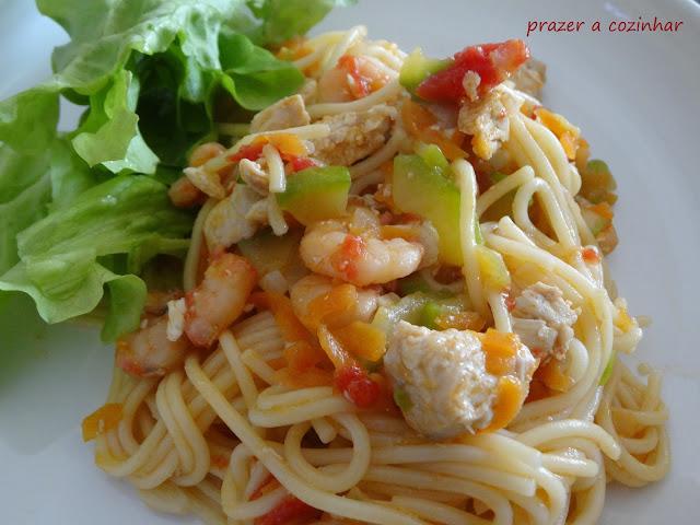 prazer a cozinhar - Esparguete com frango, camarão, curgete, cenoura e tomate