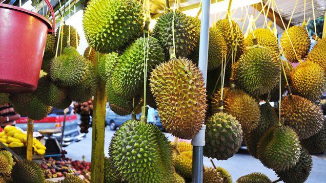 penjual durian di alor street malaysia