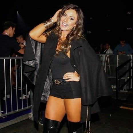 Nicole do Pânico combina look polêmico com lingerie
