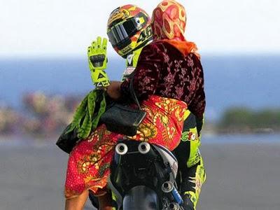 Gambar Lucu Valentino Rossi Ngojek Foto Dan Gambar Lucu