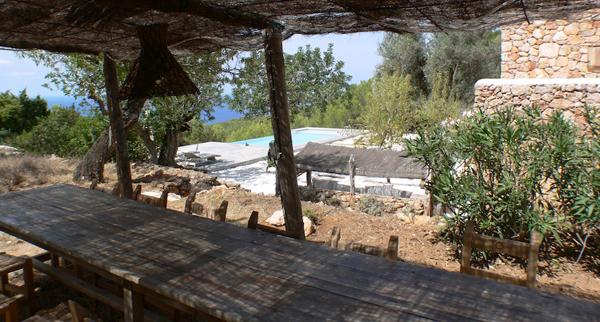 mesa exterior familiar debajo del toldo de caña en Ibiza