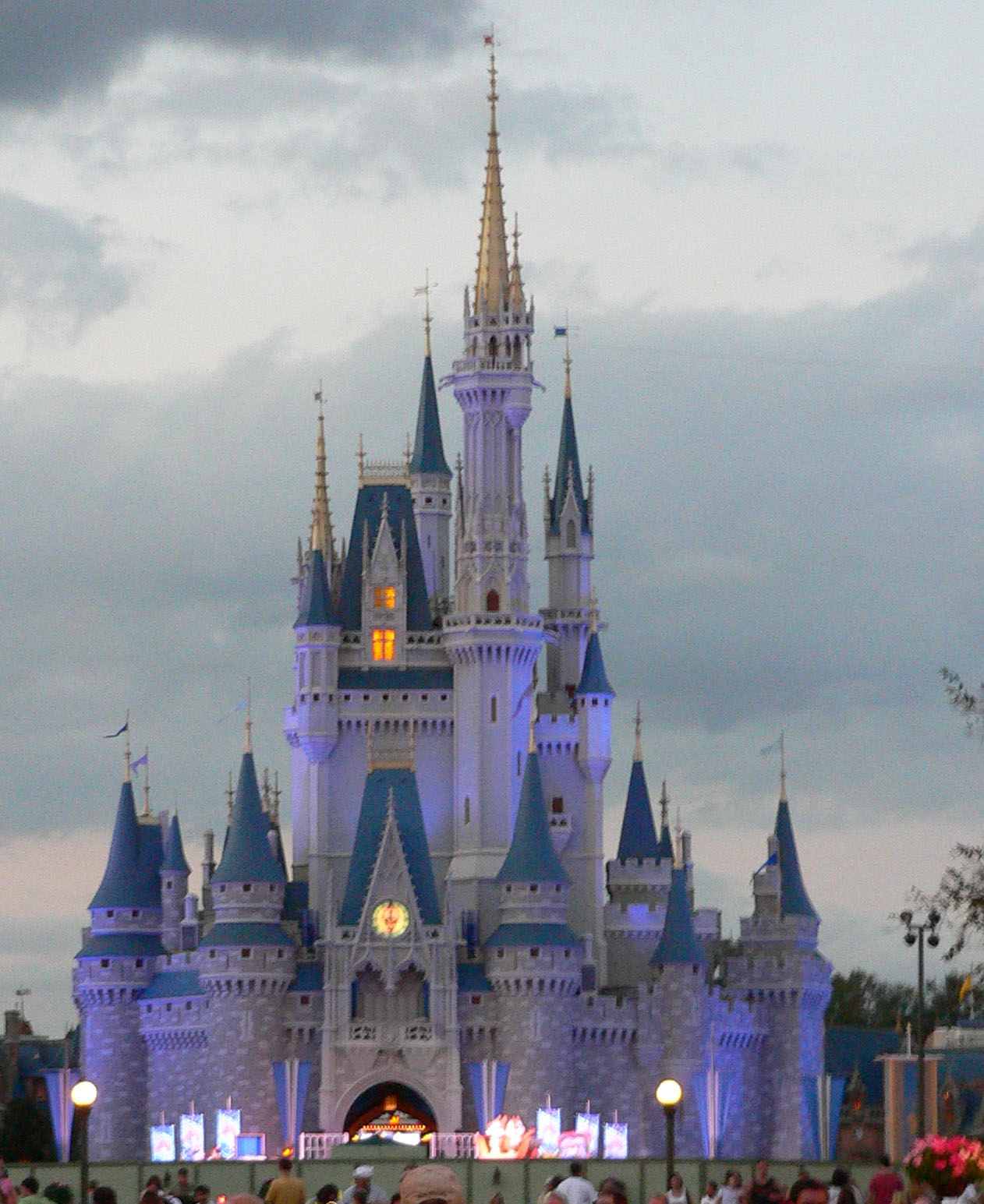 http://2.bp.blogspot.com/-YtiB9TUOqNo/TcONNOaFfwI/AAAAAAAALEY/_ZZaTF7hwQw/s1600/Magic_Kingdom_castle.jpg