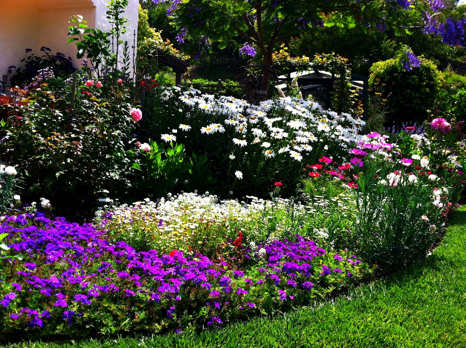 Grow it now five simple steps to designing beautiful for Backyard flower bed ideas
