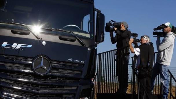 Daimler - Kamioni pa shofer në rrugët e Europës