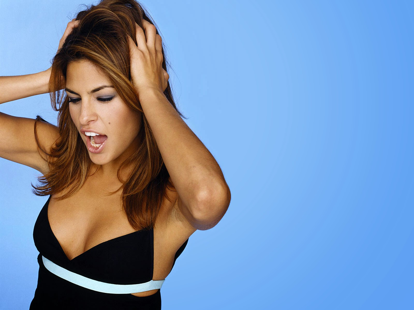 Eva mendes nice good pose in blue cloth wallpaper