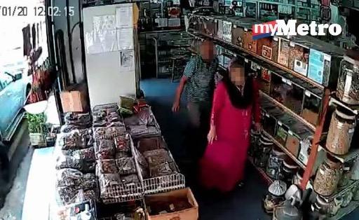Wanita berjubah curi gamat kering guna teknik kangkang