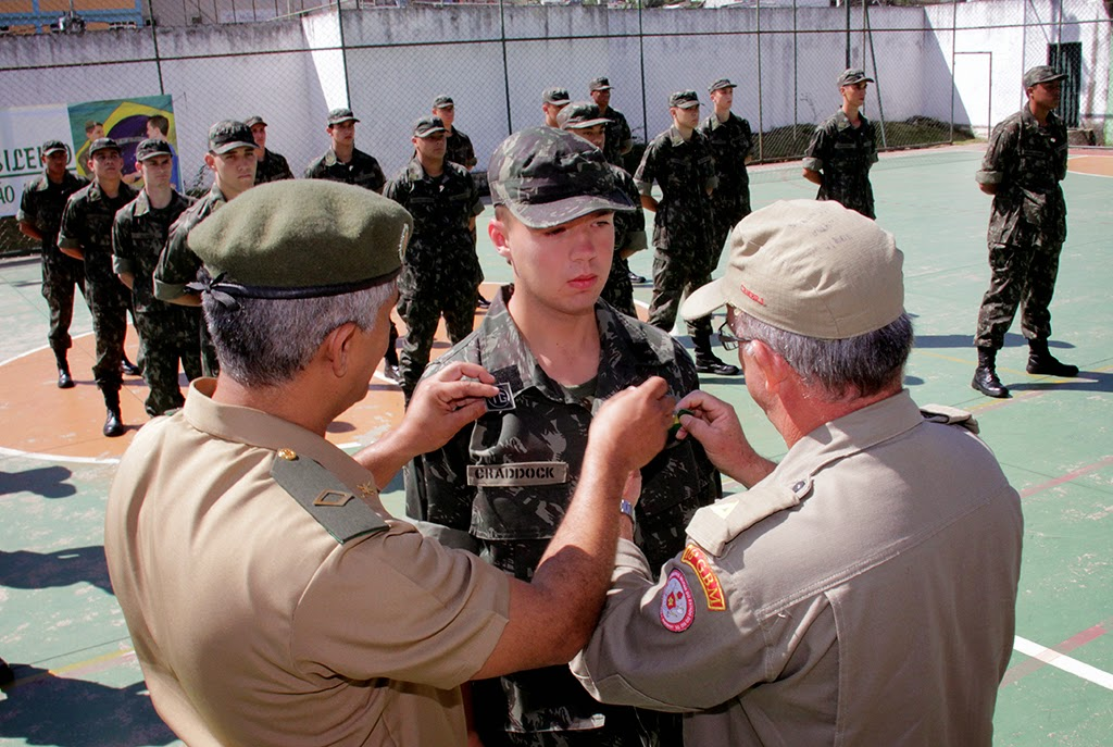 Subtenente Miroveu entrega distintivo ao atirador Craddock, destaque por seu esforço no período de instrução inicial